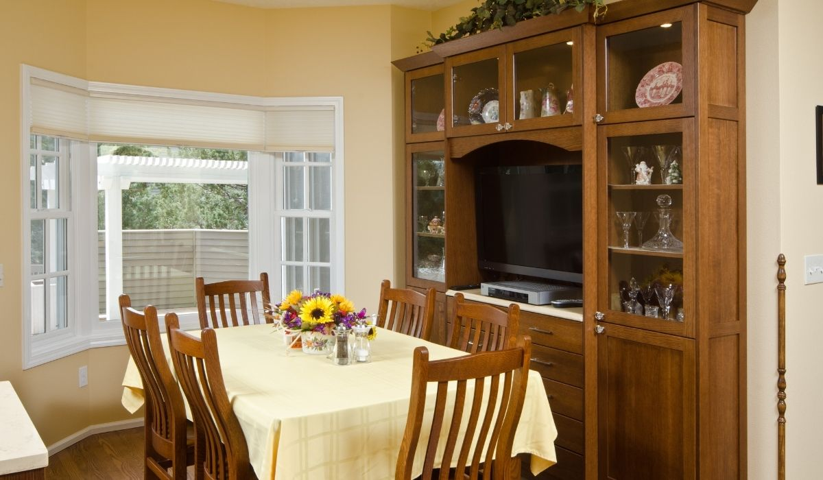 kitchen hutch and a 6 seater dinning table